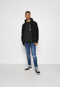 CLOSURE London - RIPPED SLIM FIT  - Slim fit jeans - blue - 1