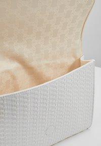 Ted Baker - MEADOWS RAFFIA ENVELOPE POUCH - Clutch - white - 4