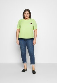 Tommy Jeans Curve - BADGE TEE - T-shirts med print - faded lime - 1