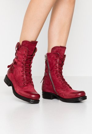 Cowboy/biker ankle boot - cardinal