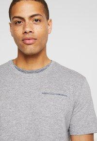 TOM TAILOR - T-shirt med print - sky captain blue/ white melange - 4