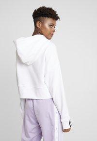 adidas Originals - CROP HOOD - Bluza z kapturem - white - 2