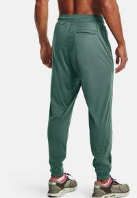 Under Armour - SPORTSTYLE - Pantalon de survêtement - toddy green - 2