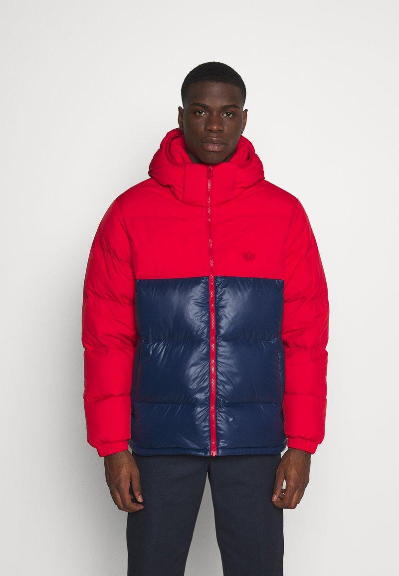 adidas Originals - REGEN PUFF - Gewatteerde jas - scarle conavy