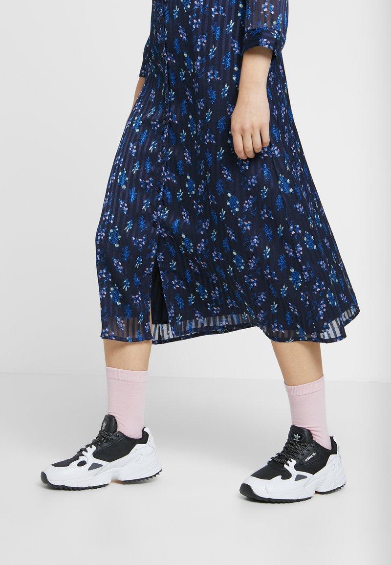 adidas Originals - FALCON TRAIL - Joggesko - core black/footwear white