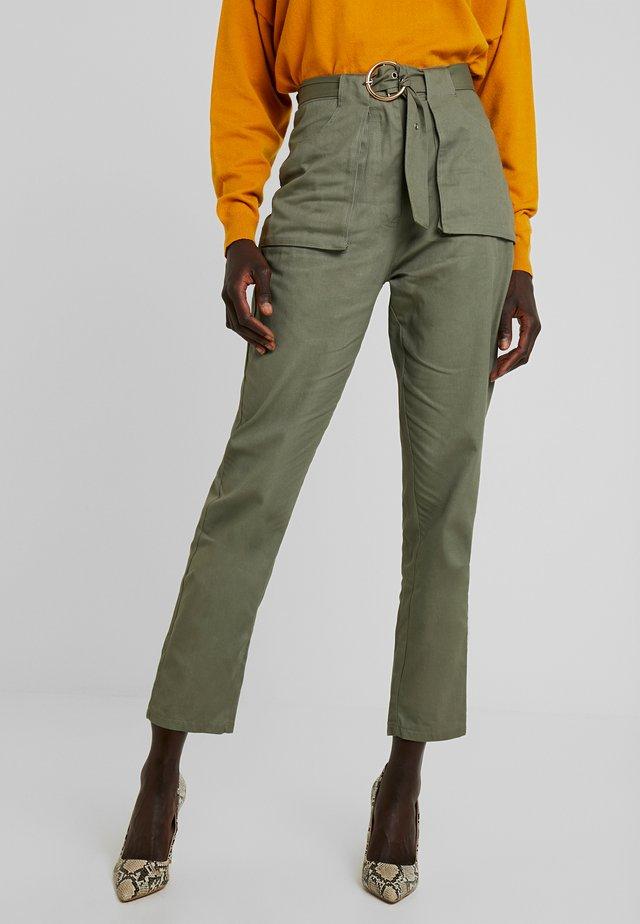 POCKET CIRCLE BELT CIGARETTE - Pantalones - khaki