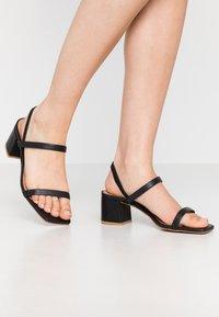 L'INTERVALLE - KENDI - Sandaalit nilkkaremmillä - black - 0