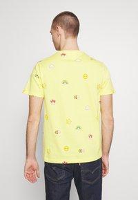 Lacoste - Unisex Lacoste x FriendsWithYou Print Cotton T-shirt - T-shirts med print - citron - 2