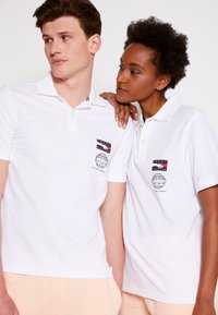 Tommy Hilfiger - ONE PLANET SMALL LOGO UNISEX - Polo shirt - white - 6