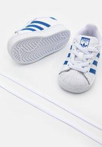 adidas Originals - SUPERSTAR  - Sneakersy niskie - footwear white/team royal blue - 5