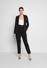 ONLY Tall - ONLCAROLINA WIN CHECK - Blazer - black - 1