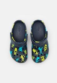 Crocs - CLASSIC MONSTER PRINT - Pantofle - navy - 3