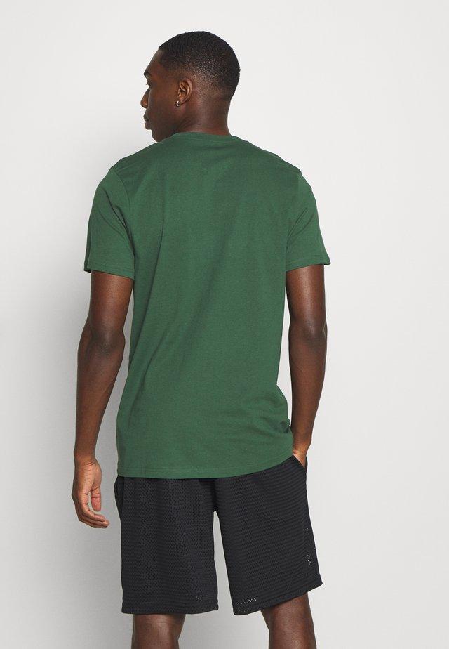 NFL GREEN BAY PACKERS HELMET AND WORDMARK TEE - Klubové oblečení - green
