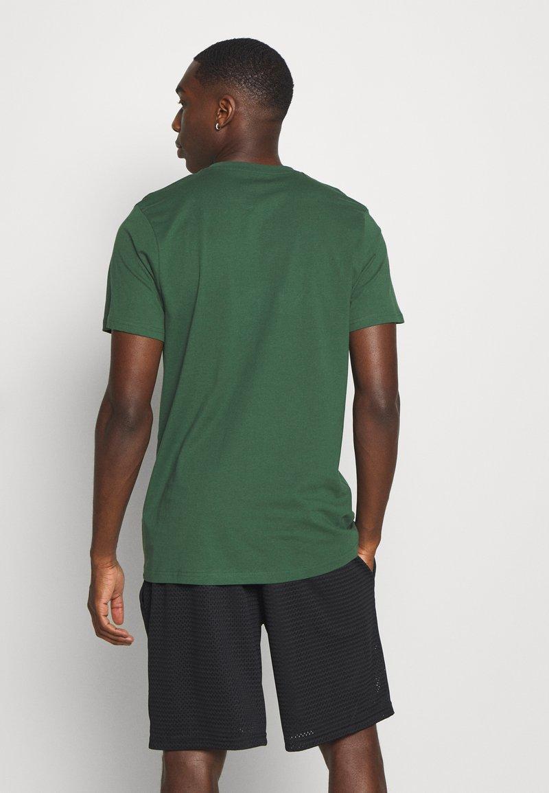 New Era - NFL GREEN BAY PACKERS HELMET AND WORDMARK TEE - Klubové oblečení - green