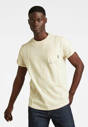 LASH POCKET BACK GRAPHIC - Print T-shirt - ecru