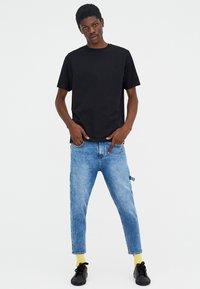 PULL&BEAR - T-shirt basic - black - 1