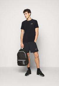 EA7 Emporio Armani - TUTA SPORTIVA SET - Shorts - black - 1