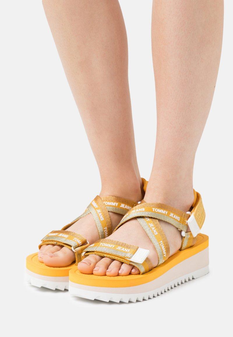 Tommy Jeans - STRAPPY - Sandály na platformě - florida orange