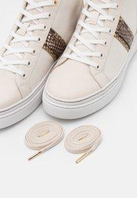 MICHAEL Michael Kors - CHAPMAN MID - Sneakers hoog - cream - 6