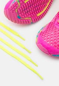 ASICS - GEL-NOOSA TRI 12 - Scarpe running da competizione - pink glo/safety yellow - 5