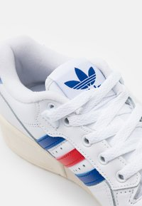 adidas Originals - RIVALRY SPORTS INSPIRED SHOES UNISEX - Joggesko - footwear white/power blue/vivid red - 7