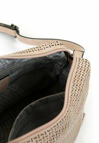 SURI FREY - ROMY BASIC - Across body bag - nude - 3