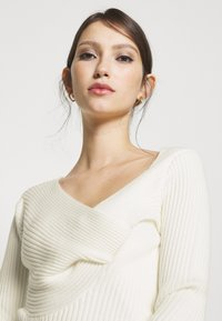 NA-KD - TWISTED FRONT TOP - Pullover - off white - 4