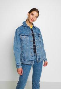 Vero Moda - VMKATRINA LOOSE JACKET MIX - Denim jacket - light blue denim - 0
