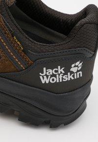 Jack Wolfskin - VOJO 3 TEXAPORE LOW - Outdoorschoenen - brown/phantom - 5
