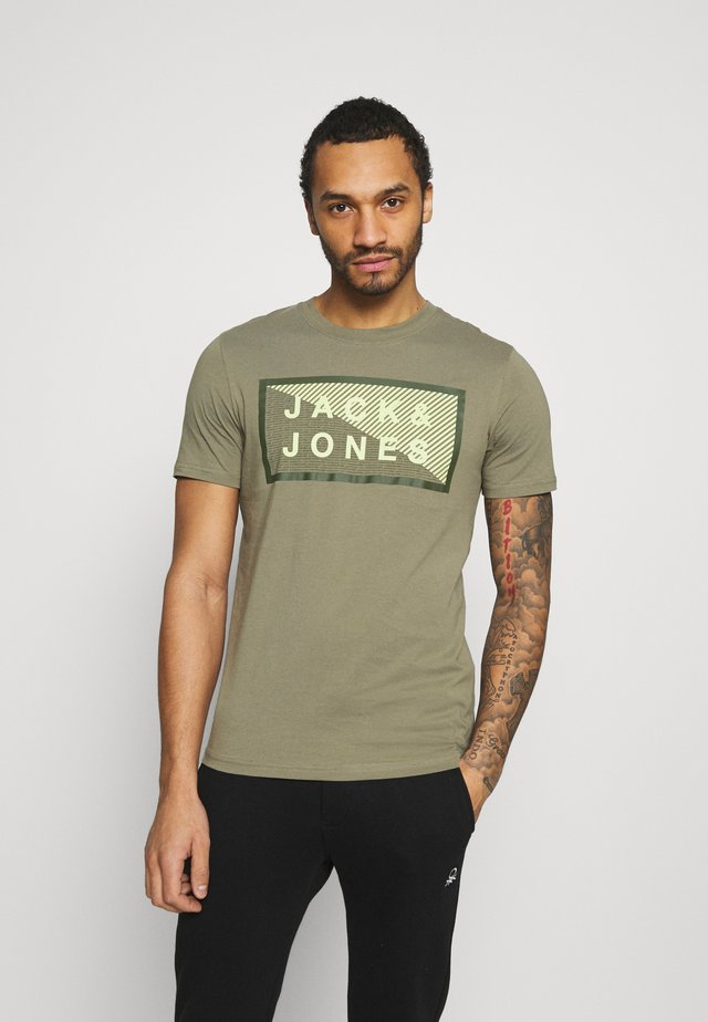 JCOSHAWN TEE CREW NECK - Camiseta estampada - deep lichen green