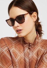 Tommy Hilfiger - Okulary przeciwsłoneczne - brown - 1