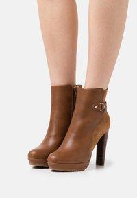 Anna Field - Kotníkové boty na platformě - cognac - 0