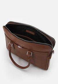 Tommy Hilfiger - BUSINESS SLIM COMP BAG UNISEX - Portafolios - brown - 2
