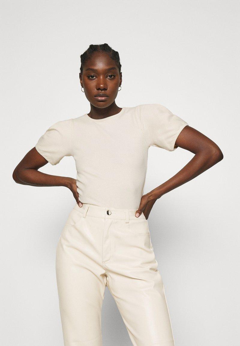 Carin Wester - TOP SHELL - T-shirt basic - sandshell