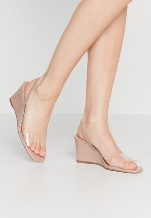 THALIA - Pantofle na podpatku - nude