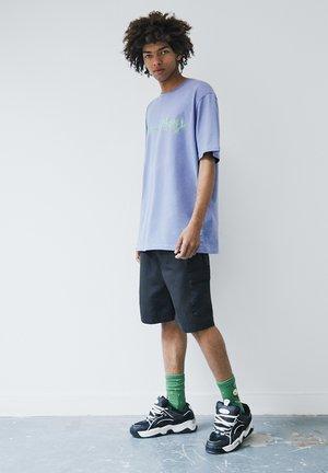 RICK MORTY - T-shirt con stampa - purple