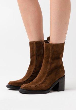 RENA - Classic ankle boots - castoro