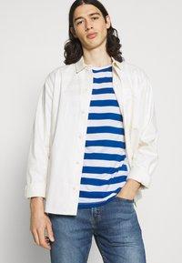Newport Bay Sailing Club - BOLD HORIZONTAL STRIPE 2 PACK - Print T-shirt - grey marl/mid blue - 4