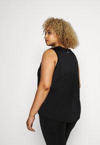Nike Performance - MILER TANK PLUS - Camiseta de deporte - black/reflective silver - 2
