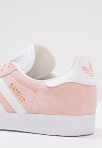 adidas Originals - GAZELLE - Sneaker low - vapour pink/white/gold metallic - 6