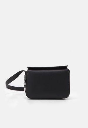 LETTERS SHOULDERBAG - Handtasche - black
