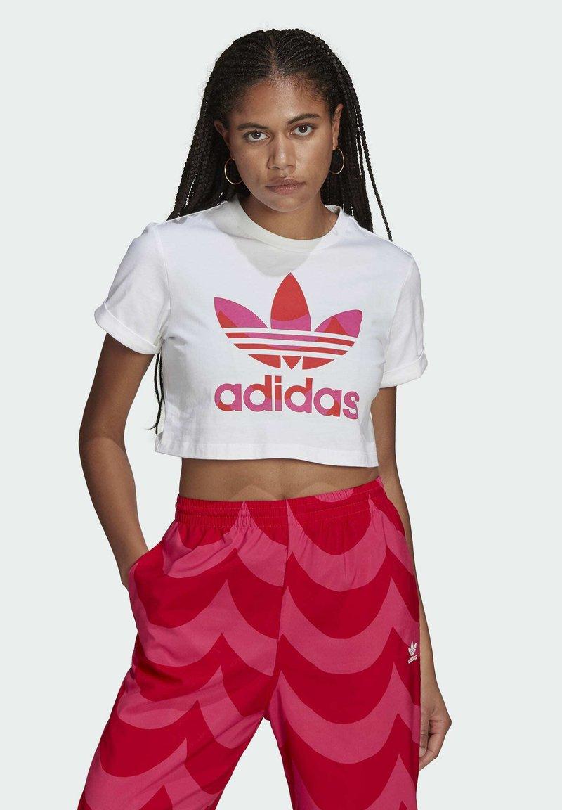 adidas Originals - T-shirt print - white/vivid red/team real magenta