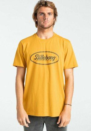 STATE BEACH  - Print T-shirt - mustard