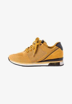 Sneaker low - saffron comb