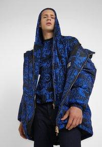 Versace Jeans Couture - BAROQUE - T-shirt med print - black/blue - 4