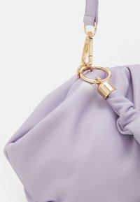 Pieces - PCPIPPA CROSS BODY - Handbag - purple heather/gold-coloured - 4