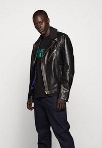 Versace Jeans Couture - LOGO - T-shirt imprimé - black - 6