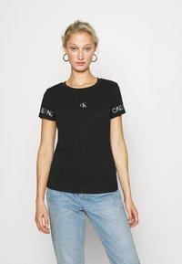 Calvin Klein Jeans - OUTLINE LOGO TEE - Printtipaita - black - 0