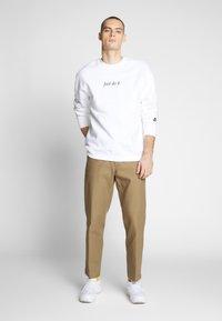 Nike Sportswear - Collegepaita - white/black - 1