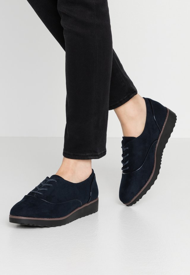 WIDE FIT LACE UP SHOE - Veterschoenen - navy